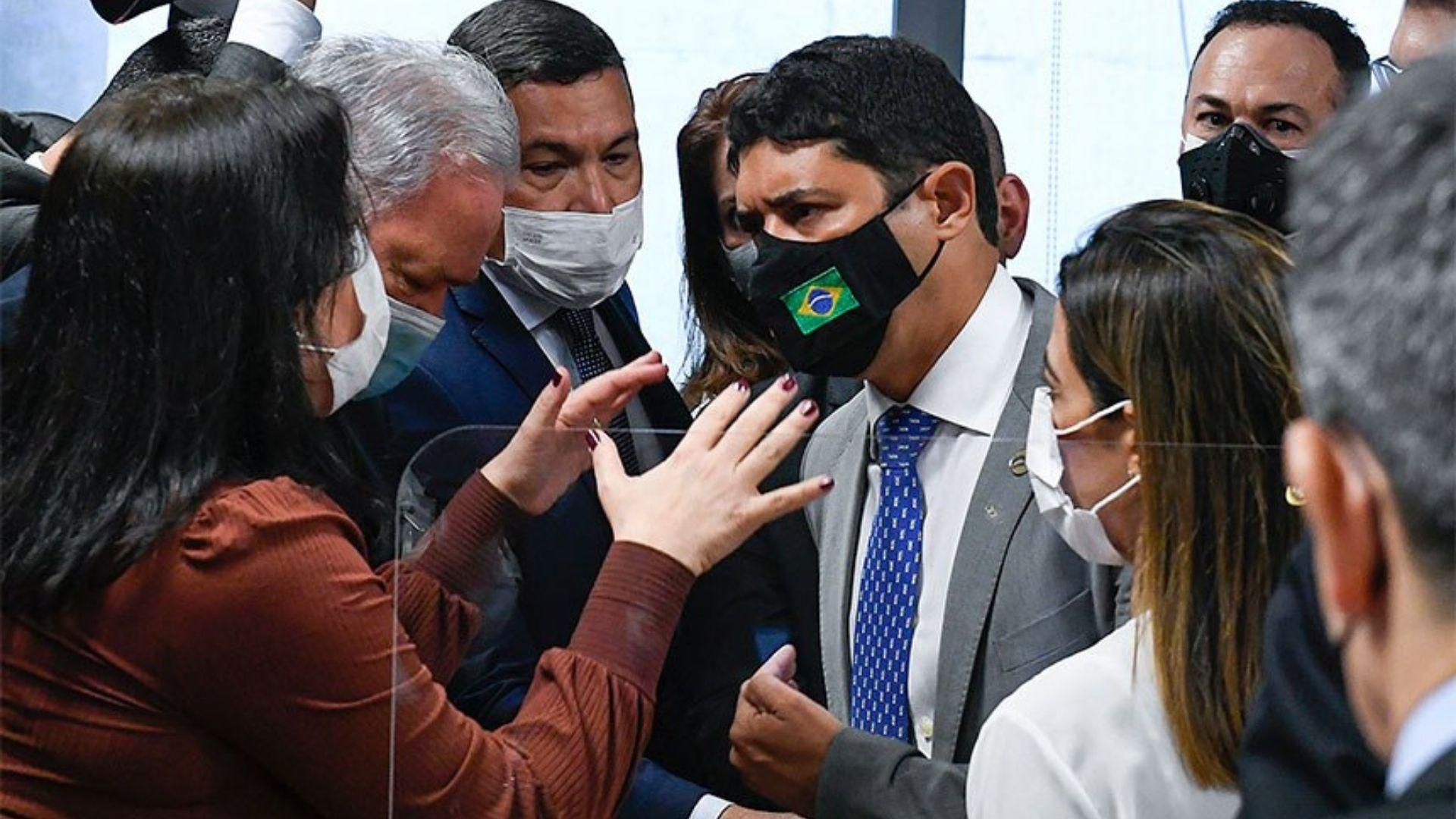 """Ministro da CGU chama senadora Simone Tebet de """"descontrolada"""", senador Otto classifica depoente de moleque e CPI é tomada por confusão"""