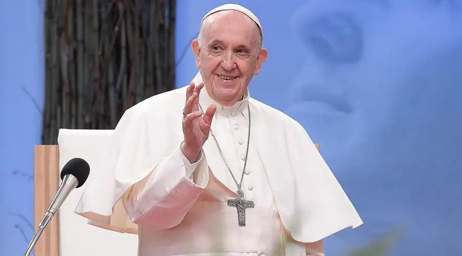 """Papa Francisco volta a reafirmar que """"casamento sacramental é só entre homem e mulher"""""""