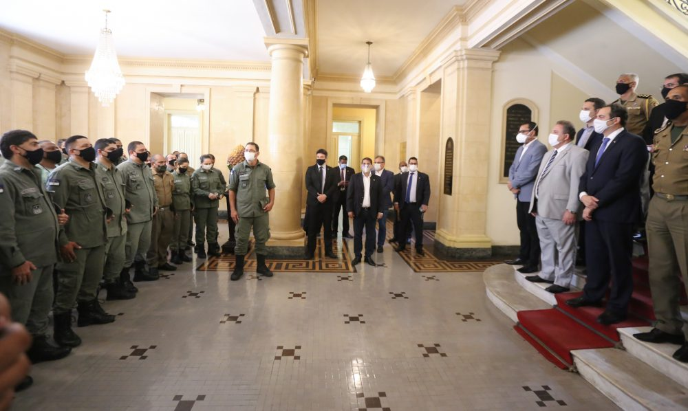 Paulo Câmara, governador de Pernambuco, recebe policiais e bombeiros militares no Palácio do Campo das Princesas.