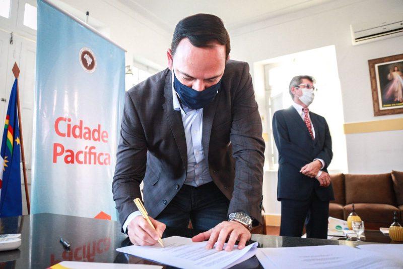 Prefeito Sivaldo Albino assina convênio que implanta o projeto Cidade Pacífica do MPPE em Garanhuns