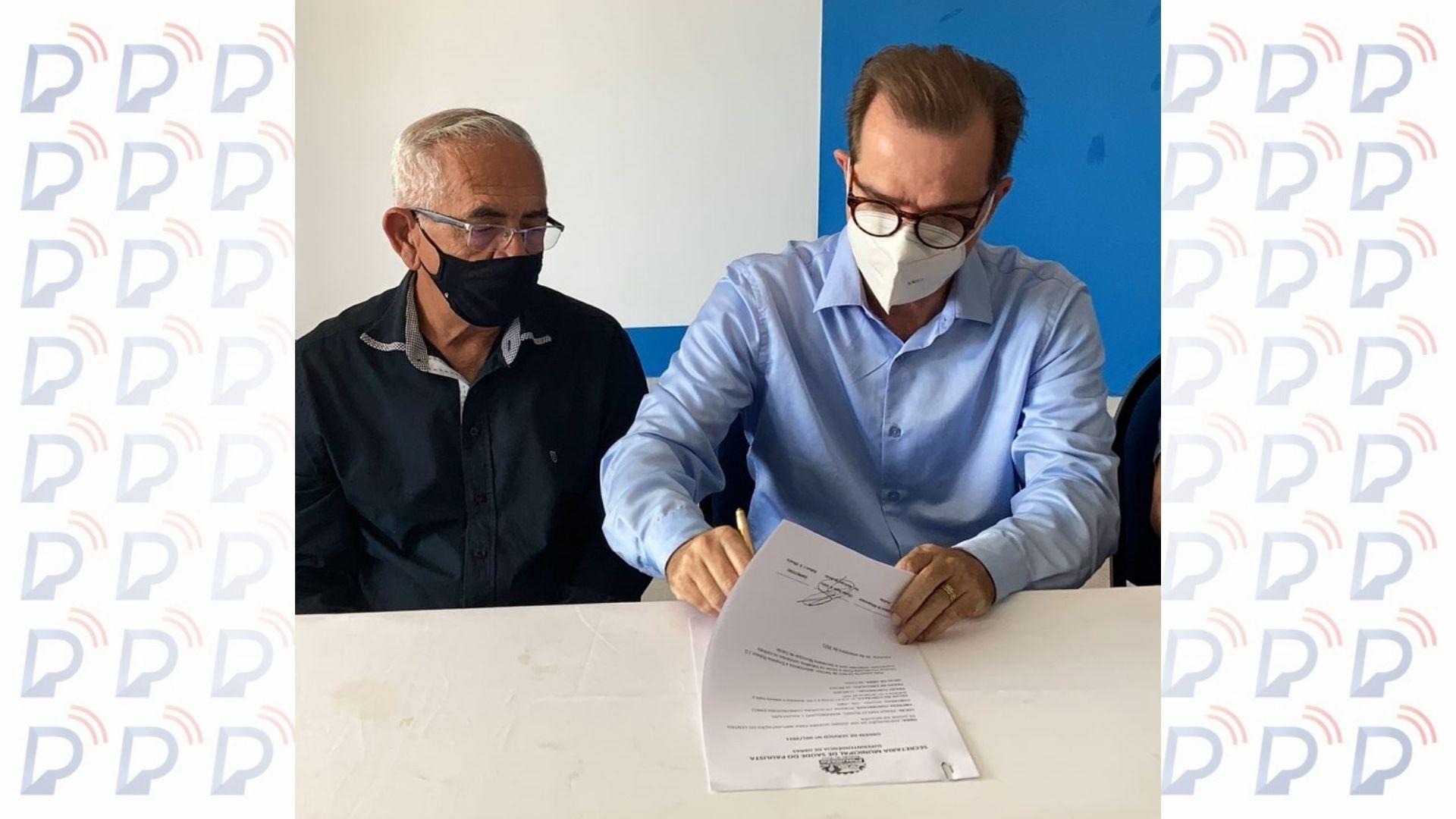 Prefeito Yves Ribeiro assina ordem de serviço de adequação de unidade de saúde ao lado do Secretário Dr. Charles