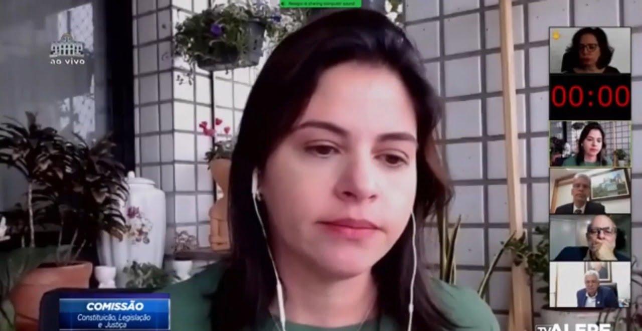 Priscila Krause se emociona em sessão na Alepe ao lembrar de sua mãe que morreu dias antes da vacinação contra Covid-19 para sua faixa etária