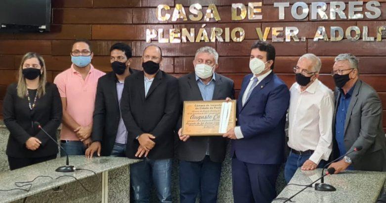 Yves Ribeiro prestigia título de cidadão ao Juiz Ricardo de Sá Leitão.