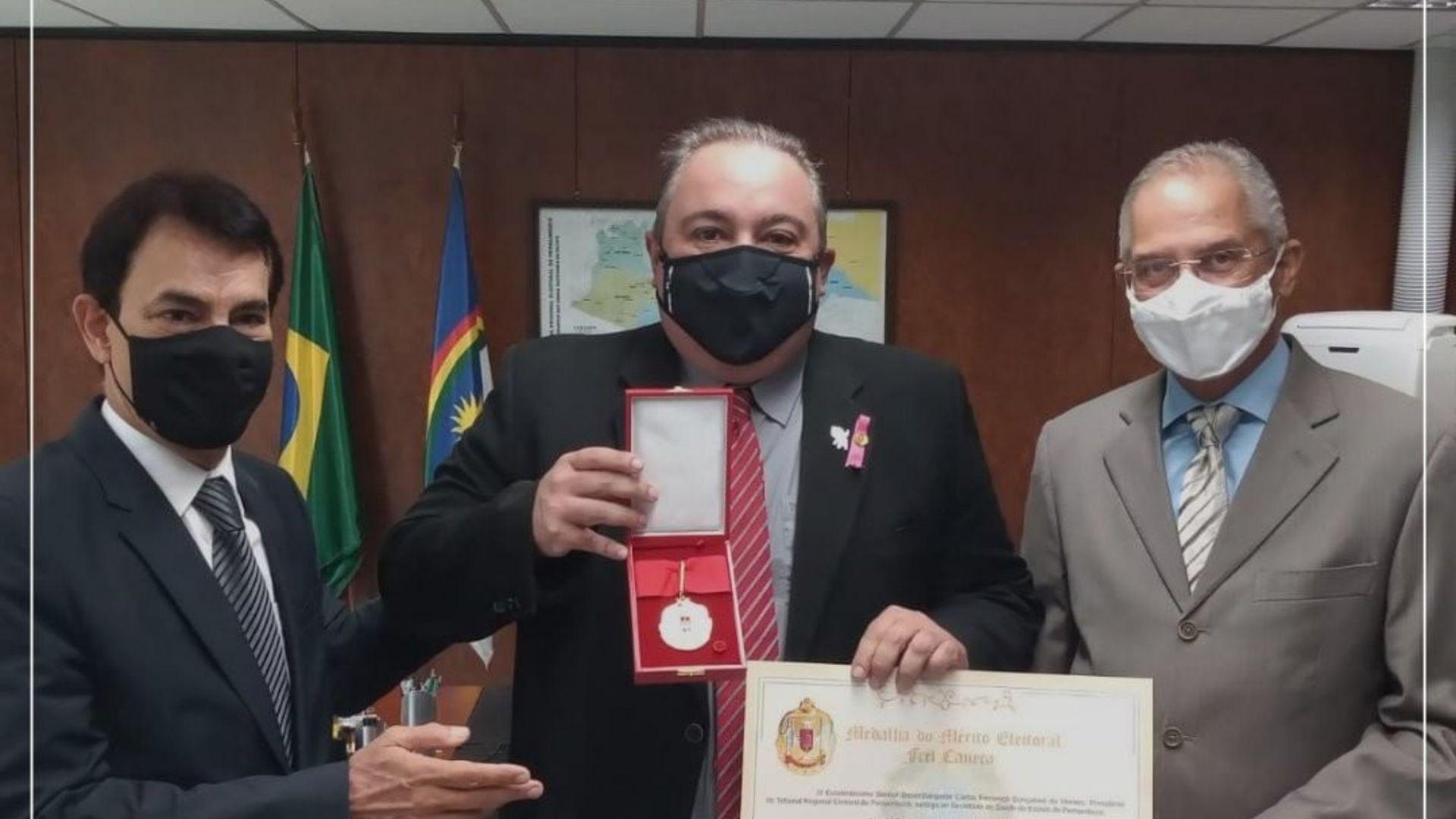 Secretário de Saúde de Pernambuco, André Longo, recebe Medalha do Mérito Eleitoral Frei Caneca do TRE-PE