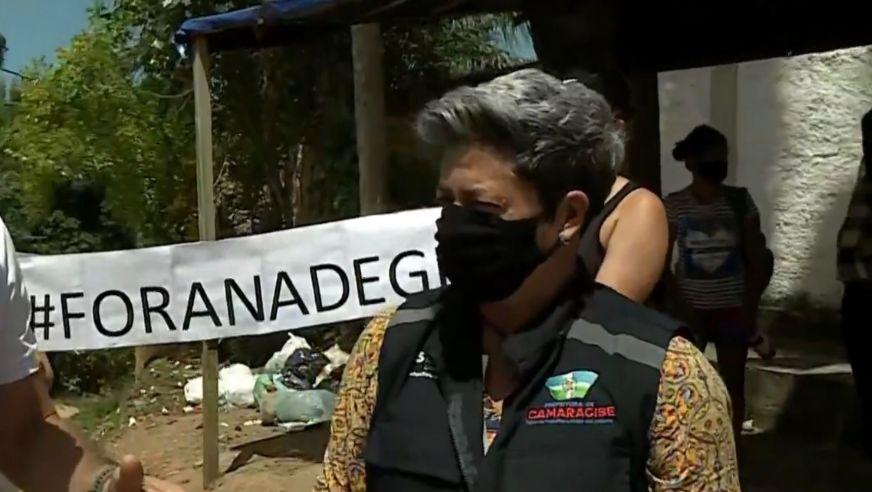 População de Camaragibe faz protesto com faixa 'Fora Nadegi' por falta de conclusão em obra de calçamento de rua